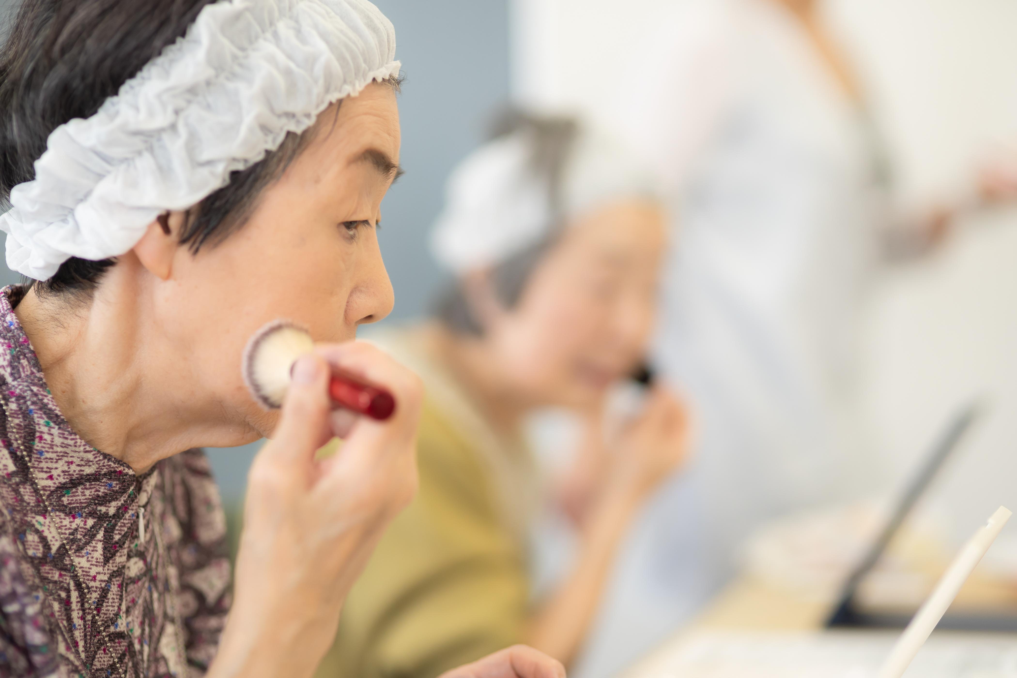 介護予防教室でお化粧セラピー体験する60歳以上の高齢者の皆様 札幌市北区の鉄西会館
