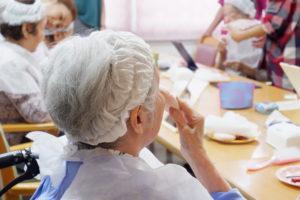お化粧教室を楽しむ高齢者の方々