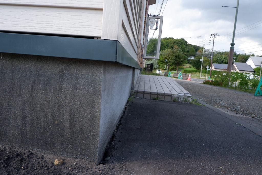 地震の影響で基礎と路面に隙間 北海道胆振地震