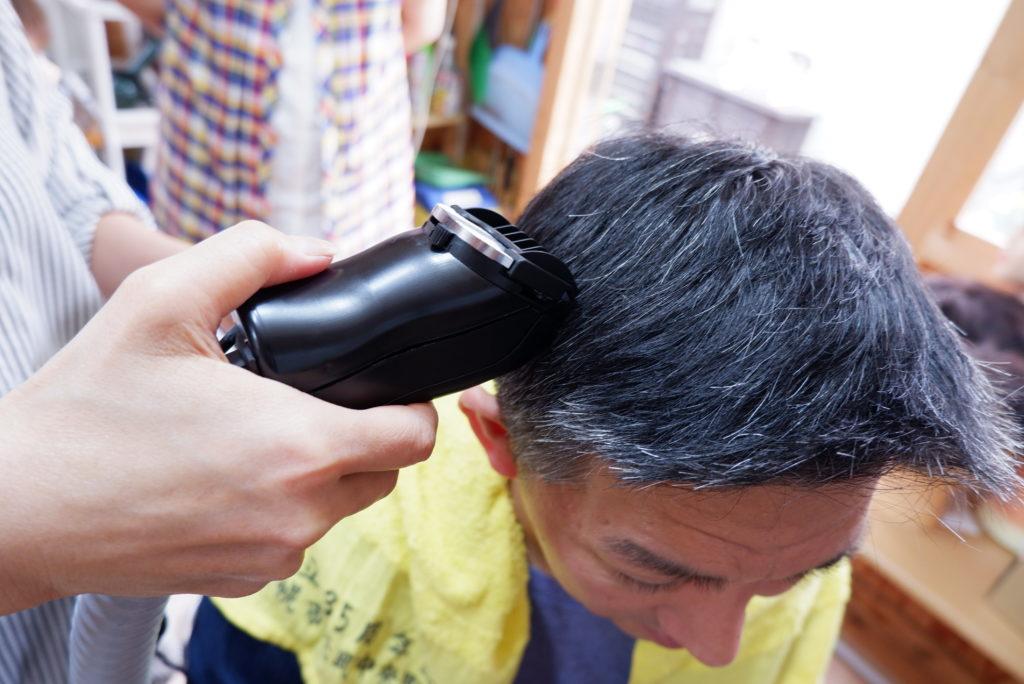 空気の流れをとらえながら髪を切る!エアクリッパー