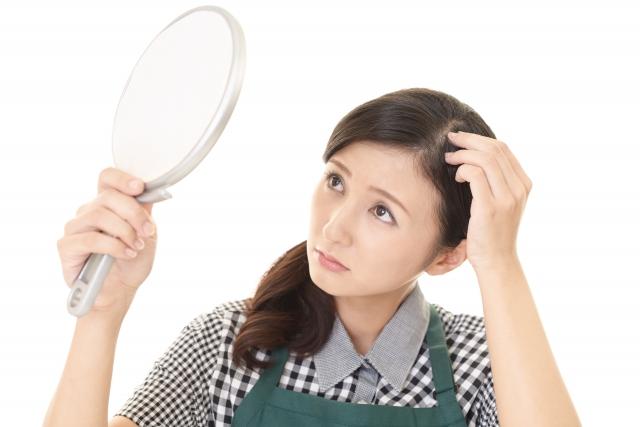 抜け毛が増えて気になる女性